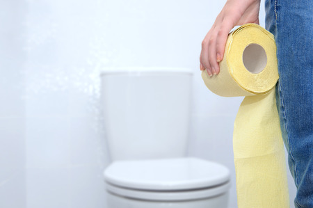 toilette paper: Close-up de la mujer en el inodoro.