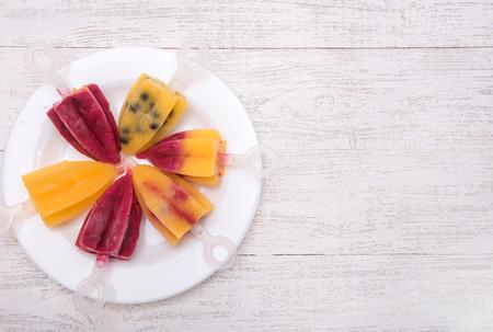 paletas de hielo: Homemade ice cream or popsicles. Frozen fruit juice. Foto de archivo