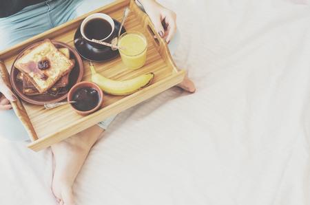 platanos fritos: Desayuno en la cama - tostadas francesas con una taza de café.