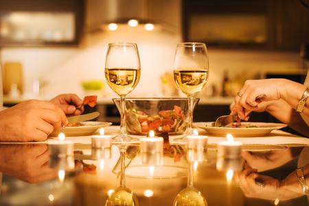 La giovane coppia ha una cena romantica con vino. Concetto romantico