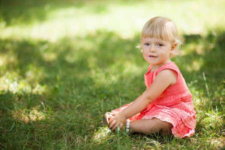 niña sentada en el césped Foto de archivo - 18086686