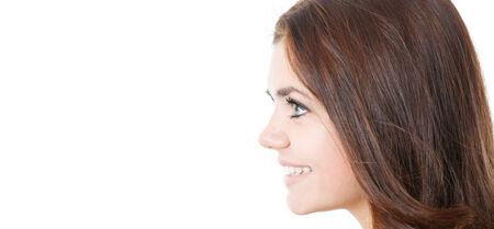 close-up profiel van lachende jonge vrouwelijke geïsoleerd op wit