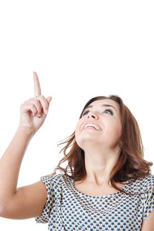 jonge vrouw op zoek naar boven en naar boven met haar wijsvinger op wit wordt geïsoleerd