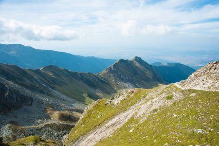 Breathtaking landscape in Carpathian mountains. With high green hills and rocks. Foto de archivo