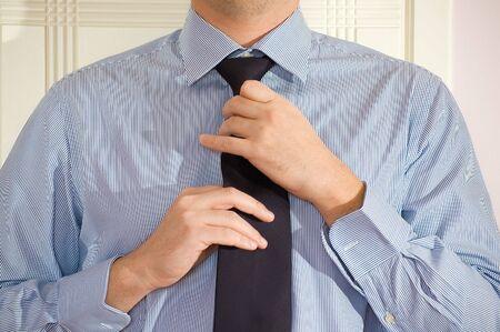 vistiendose: Un hombre joven vestirse para trabajar.