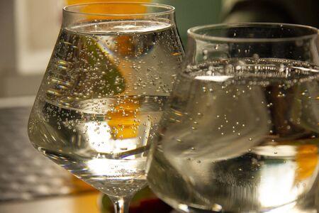 bubbles in the wine. champagne in a glass. Banco de Imagens - 129330393
