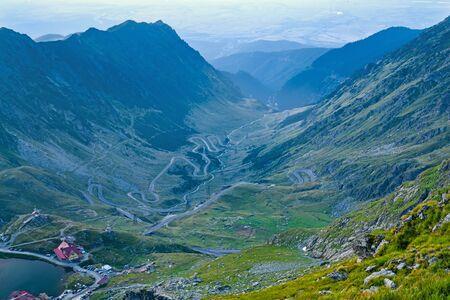 Aerial view of curvy road on mountain valley, Transfagarasan road in Romanian Carpathians. Archivio Fotografico - 129468732