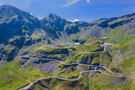 Hermoso camino de Transfagarasan en Rumania, escena de montaña de verano y camino sinuoso. Foto de archivo