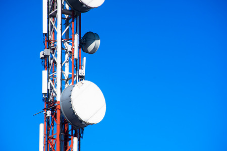 Segnale di trasmissione della torre di comunicazione del telefono cellulare con il fondo del cielo blu e l'antenna Archivio Fotografico