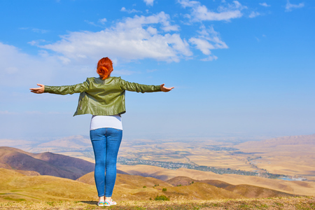Freedom concept. Free Beauty woman outdoors enjoying nature mountains. Freedom concept Banque d'images
