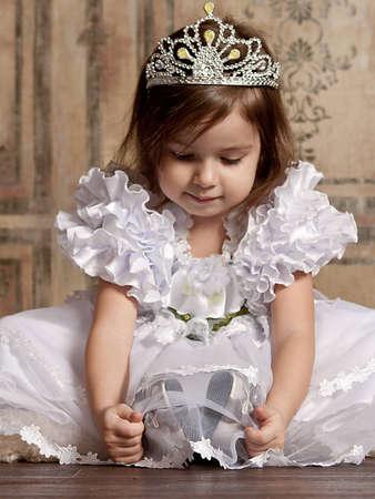 corona navidad: linda ni�a de vestido blanco con una tiara en la cabeza