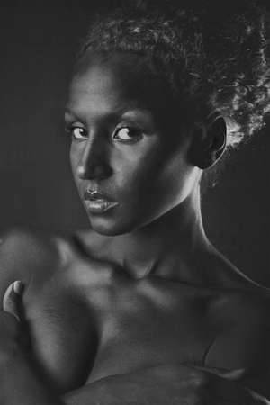 dark skin: giovane donna con la pelle scura