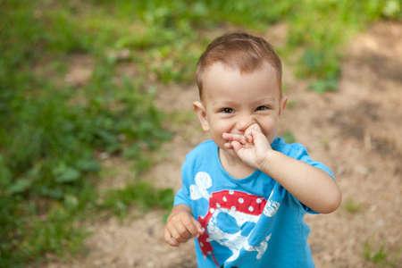 un niño pequeño en la camiseta azul Foto de archivo