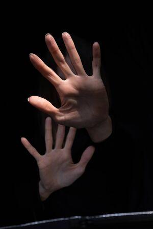 Mujer mostrando gesto de rechazo o parada, sintiendo miedo, tratando de detener el abuso físico, defendiéndose y escondiéndose, violencia aterrorizada.