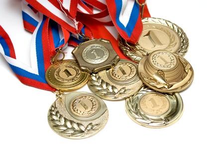 remise de prix: Plusieurs m�dailles d'or isol� sur blanc Banque d'images