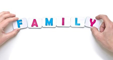 demografia: manos de los hombres y mujeres creando familia de palabras con letras magn�ticas