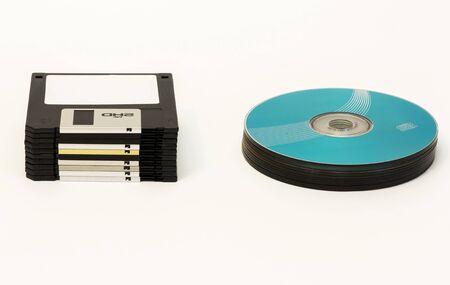 白地に、黒のフロッピー ディスクや CDDVD ディスク