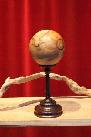 wooden globe obtained on the lathe, hand-made decorative object on display in a showcase Banque d'images