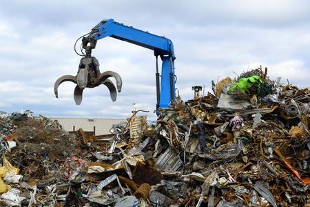 Blau hydraulische Clow-Kran zum Aufnehmen von Schrott bei Recyclinghof Standard-Bild