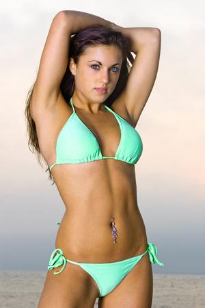 beach babe: Bella giovane donna in un Bikini
