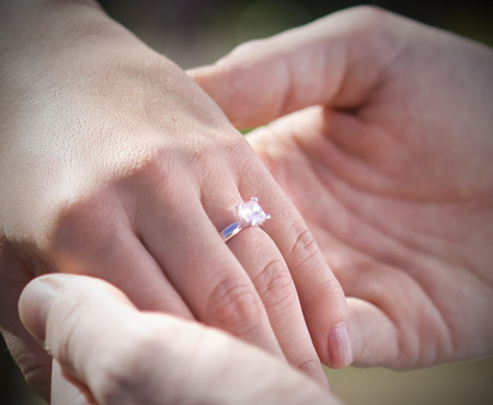 Un joven recién contratado mostrando el anillo de compromiso