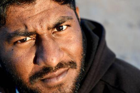 Uomo indiano nella sabbia da dessert, Close up immagine del volto di un uomo Archivio Fotografico - 93951228
