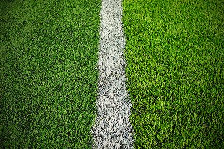 prato sintetico: erba sintetica verde campo sportivo con la linea bianca Archivio Fotografico