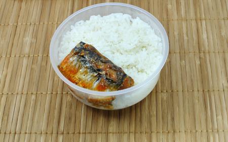 microondas: llevar la comida, arroz con pescado en conserva en una caja de comida.