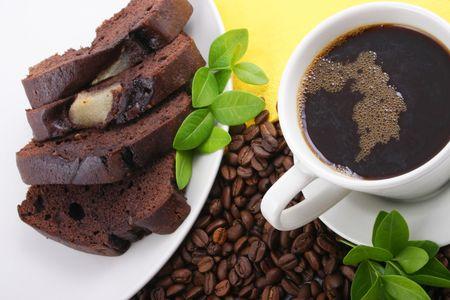 filiżanka kawy i czekoladowe ciasto sera