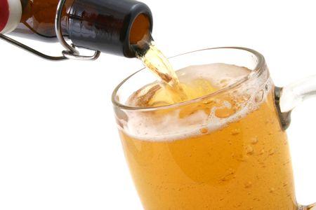espumante: un primer de un cristal de cerveza