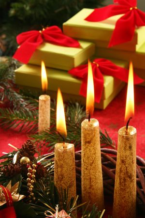 martwa natura z świeca i prezenty
