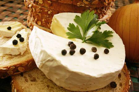 Chleba i sera na drewnianym pokładzie Zdjęcie Seryjne