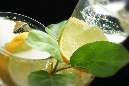 Lemon i kostki lodu w Soda Water