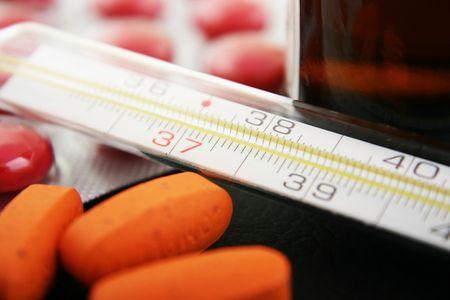 pilule: Term�metro con la medicaci�n. Centrarse en el term�metro Foto de archivo