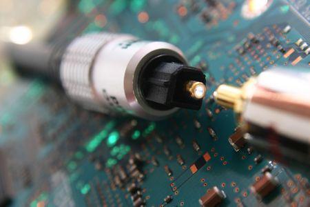 Komputer elektroniki. Fiber optic złącza kablowe w centrum uwagi