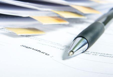 legal document: La firma de un contrato. Atenci�n se centra en la firma y el final de la pluma.