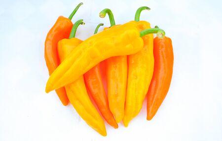 Colorful pimenta isolar no fundo branco Mat�ria-prima para alimentos ou cozinhar Banco de Imagens