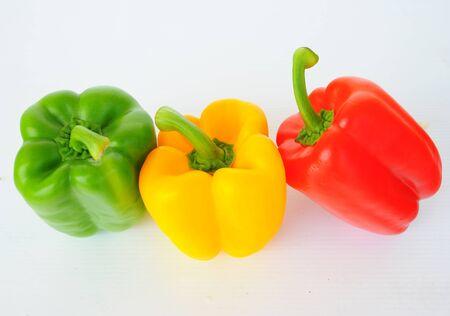 Vermelho, Verde, Amarelo paprika piment�o isolado no fundo branco