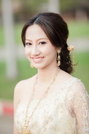 Asie belle expression de bienvenue, fille thaïlandaise avec une robe Thai