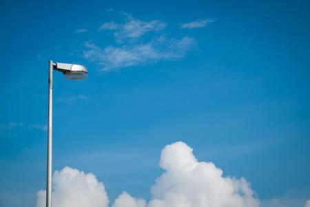 Straatlantaarn tegen de blauwe hemel met wolken. kopie ruimte.