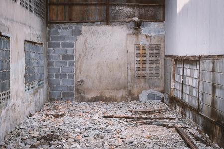 mundo contaminado: Las ruinas de un almacén abandonado.