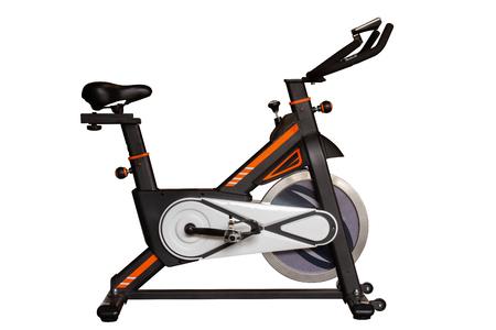Vélo de spinning pour faire de l'exercice dans une salle de sport ou de remise en forme isolé sur fond blanc avec un tracé de détourage.