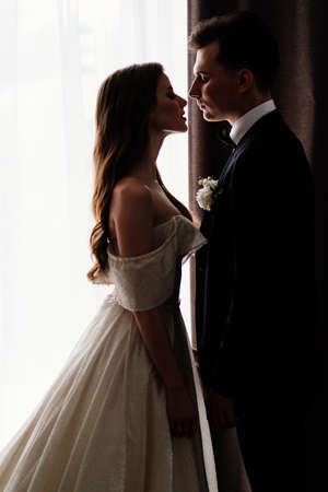 Silhouettes. profiles of the bride and groom in the background of the window. Stockfoto