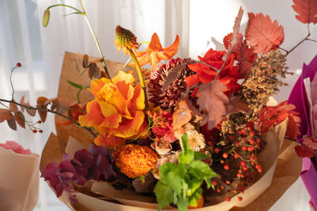 original autumn bouquet of roses, chrysanthemums, leaves of trees and berries Foto de archivo