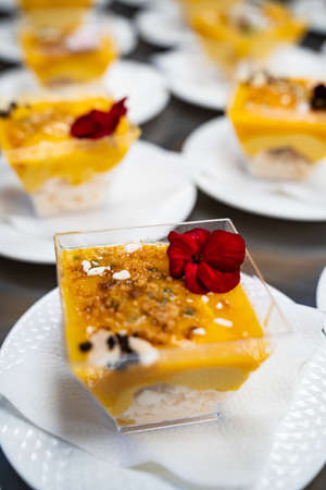 Catering. kremenki with fruit desserts decorated with flowers. Foto de archivo
