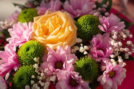 beautiful bouquet of colorful chrysanthemums, roses and gypsophila. Foto de archivo