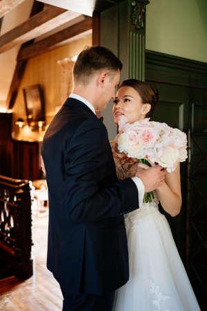 bride and groom in doorway during first meeting before wedding ceremony Foto de archivo