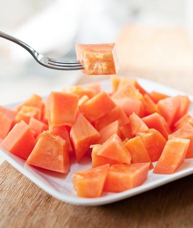 Papaya op witte schotel