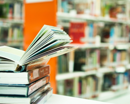 leerboek: geopend boek in de bibliotheek dichten