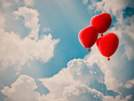 palloncino cuore: Palloncino cuore rosso e il cielo nuvoloso concezione